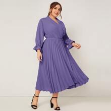 Kleid mit Schalkragen, Schnalle, Guertel und Falten am Saum