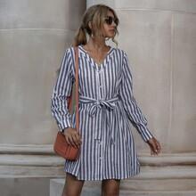 Kleid mit Streifen, gerollten Ärmeln und Guertel