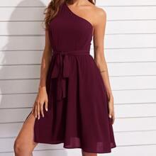 Kleid mit einer Schulter, Schlitz am Saum und Guertel