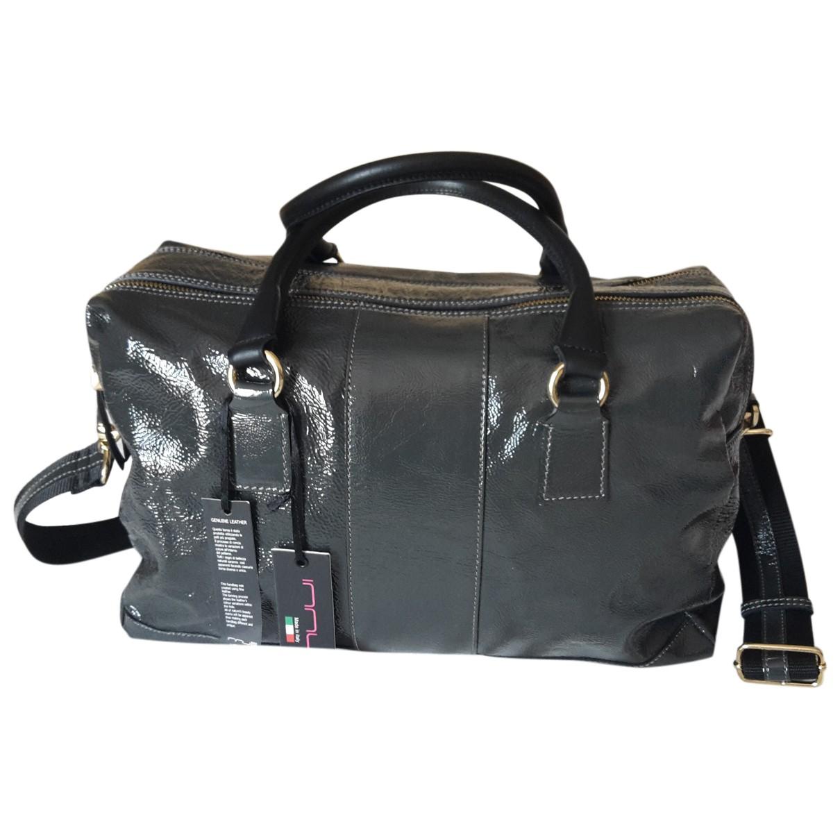 Innue \N Handtasche in  Grau Lackleder