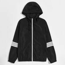 Winddichte Jacke mit Streifen auf Ärmeln, seitlichen Taschen, Reissverschluss und Kapuze