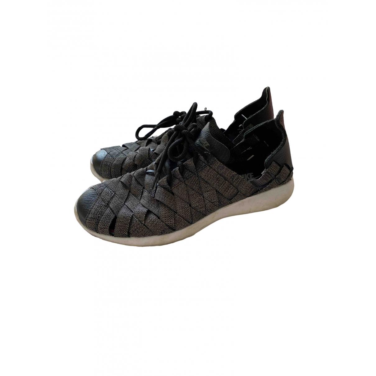 Nike Roshe Run Sneakers in  Grau Polyester