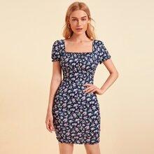 Figurbetontes Kleid mit Blumen Muster und Rueschenbesatz