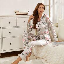 Conjunto de pijama de saten unido en contraste con estampado floral