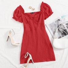 Kleid mit Rueschenbesatz und Band vorn