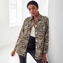 Mantel mit Zebra Streifen, sehr tief angesetzter Schulterpartie und Taschen Klappen