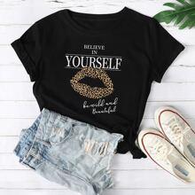 T-Shirt mit Lippe und Buchstaben Grafik