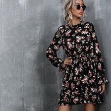 Kleid mit Blumen Muster, Rueschenbesatz und Guertel