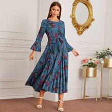 Kleid mit Blumen Muster, Selbstband und Falten am Saum