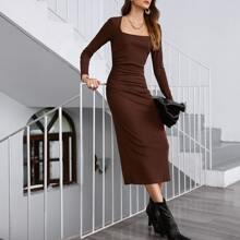 Einfarbiges figurbetontes Kleid mit quadratischem Kragen und Schlitz hinten