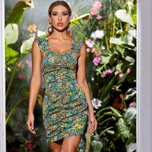 Figurbetontes Kleid mit ueberallem Blumen Muster und Ruesche