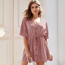 Einfarbiges Kleid mit Knopfen und Kordelzug um die Taille