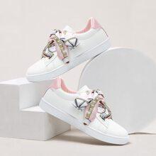 Sneakers mit Seidenband und Spitze
