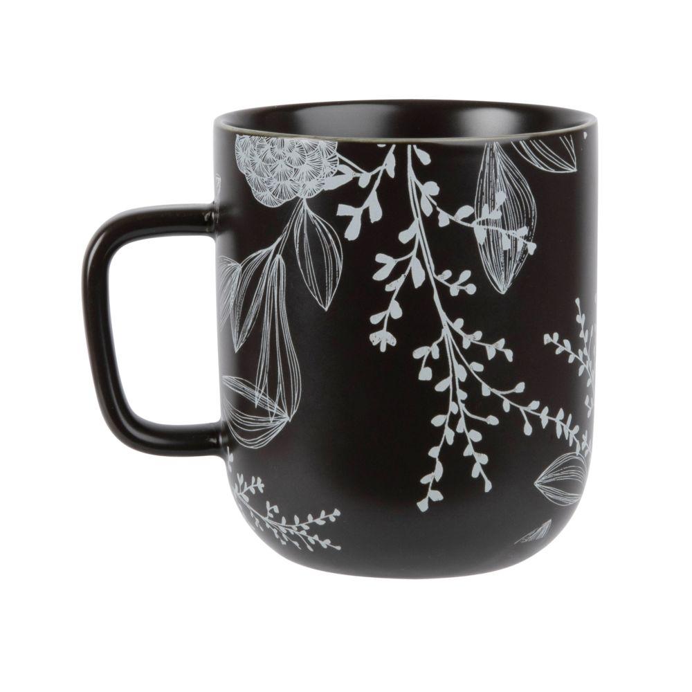 Becher aus Fayence, schwarz mit weissem Blumenmotiv