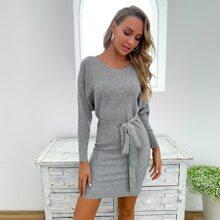 Pullover Kleid mit Guertel und Ausschnitt