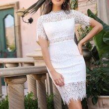 Kleid mit Schlitz und Spitzen