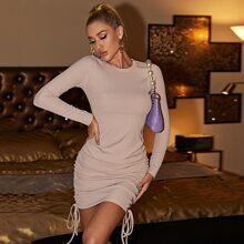Figurbetontes Kleid mit seitlichem Band und Ruesche