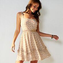 Cami Kleid mit Guipure Spitzeneinsatz und Paisley Muster