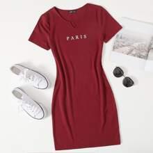 Kleid mit eingekerbtem Kragen und Buchstaben Grafik