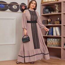 Kleid mit Kontrast Spitzenbesatz, Ausschnitt Detail und breitem Taillenband