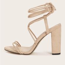 Sandalias con tacon grueso de pierna con cordon con tira delgada