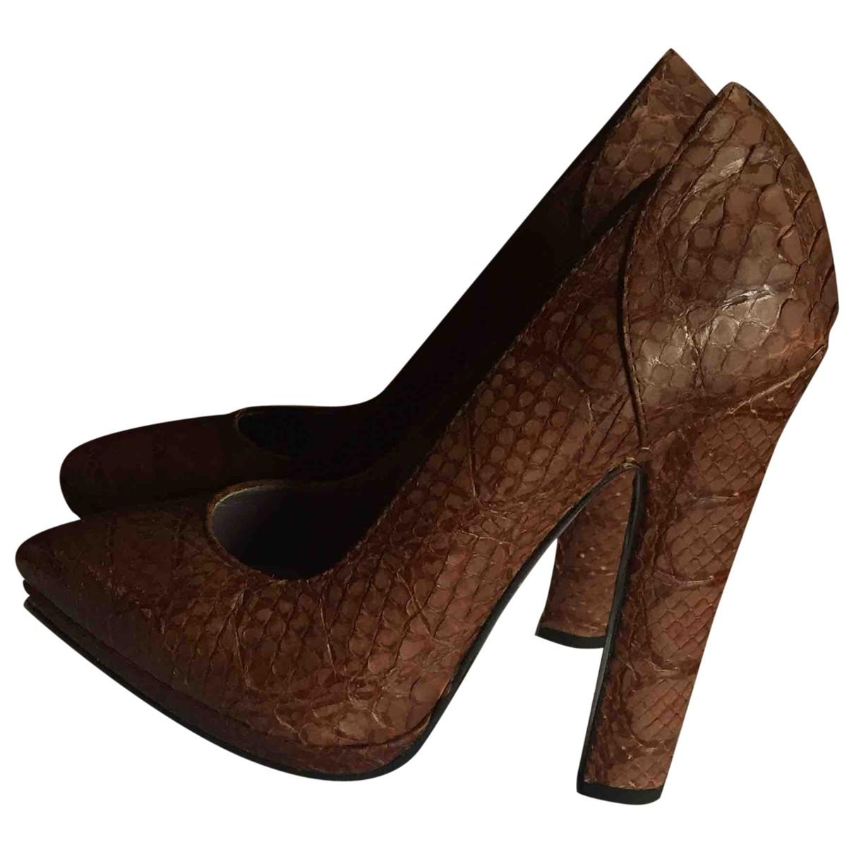 Versace - Escarpins   pour femme en python - marron