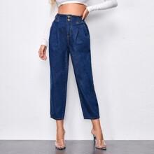 Jeans mit dunkler Waschung und Knopfen vorn