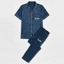 Conjunto de pijama camisa de saten con puntada en contraste con estampado de letra con pantalones