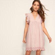 Einfarbiges Kleid mit Ose, Stickereien und Bogenkante