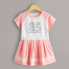 Vestido ajustado de niñitas de rayas con estampado de numero y letra