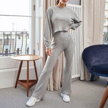 Strick Top mit sehr tief angesetzter Schulterpartie & Hose Set mit ausgestelltem Beinschnitt