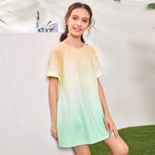 Kleid mit sehr tief angesetzter Schulterpartie, seitlichen Taschen und Farbverlauf