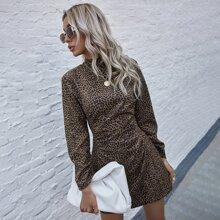 Kleid mit komplettem Muster und Puffaermeln