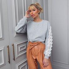 Pullover mit sehr tief angesetzter Schulterpartie und Kontrast Spitzen Detail