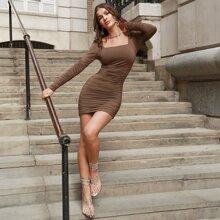 Kleid mit quadratischem Kragen und Rueschen