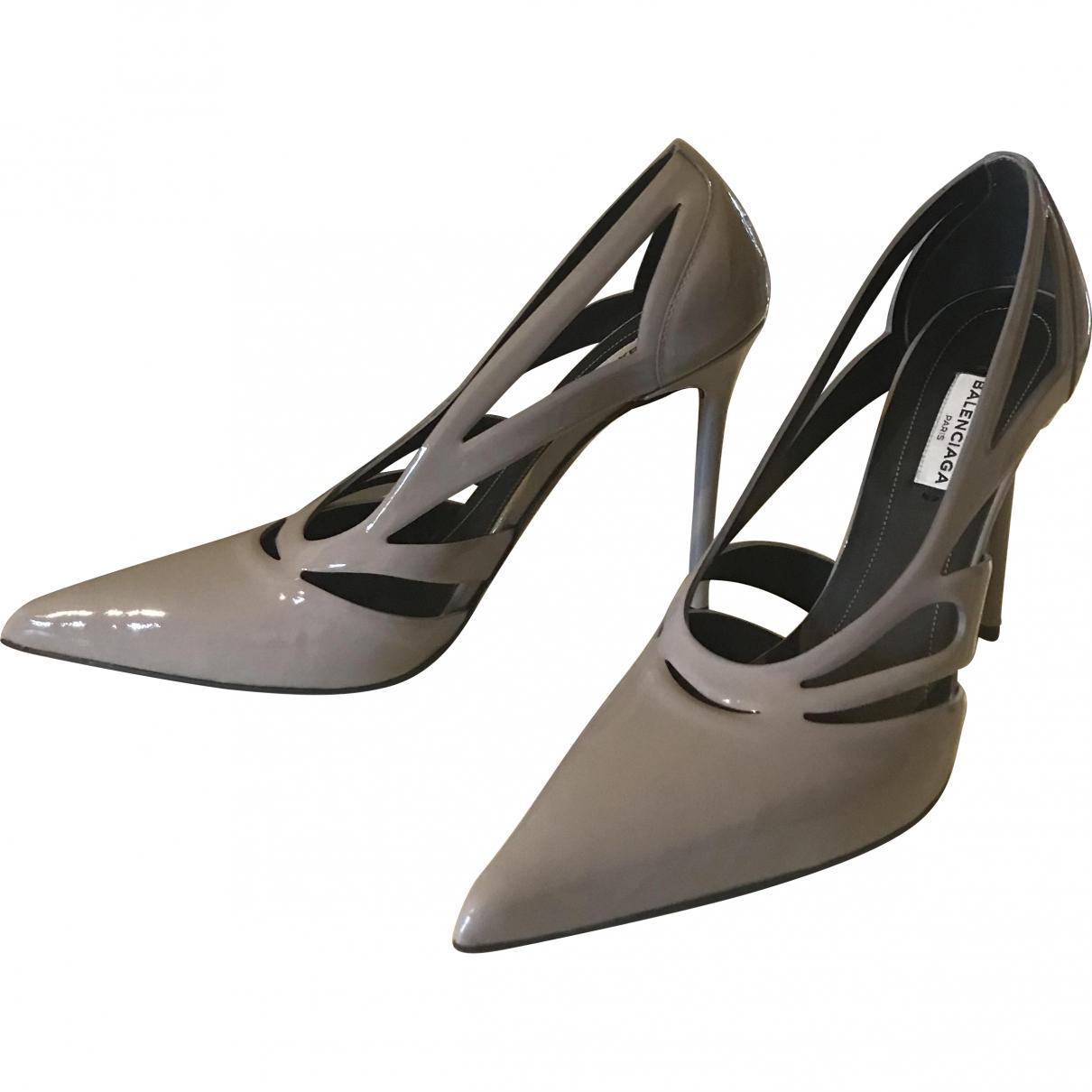 Balenciaga - Escarpins   pour femme en cuir verni - gris