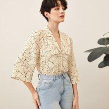 Camisa con estampado abstracto con bolsillo con solapa de cuello V