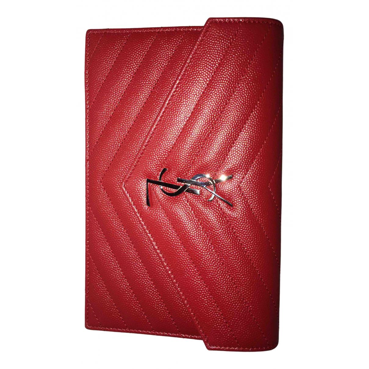 Saint Laurent Portefeuille enveloppe Clutch in  Rot Leder