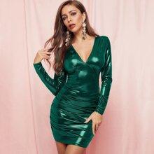 Metallisches figurbetontes Kleid mit Ruesche