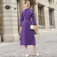 Kleid mit Knoten auf Kragen, Rueschen und Falten