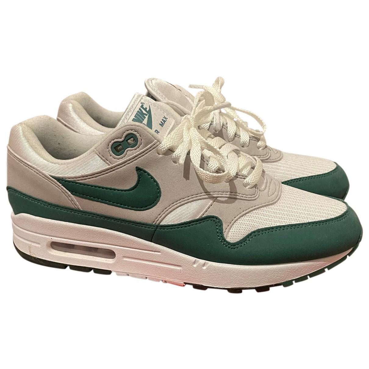 Nike Air Max 1 Sneakers in  Gruen Veloursleder