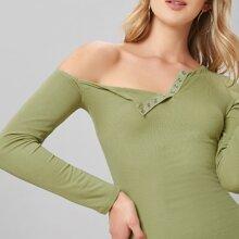 Figurbetontes Kleid mit asymmetrischem Kragen und Knopfen vorn