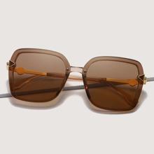 Transparente Sonnenbrille mit quadratischem Rahmen