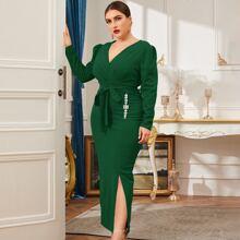 Kleid mit V-Ausschnitt, Strass Detail, Schlitz und Guertel