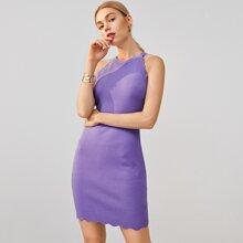 Einfarbiges Kleid mit Bogenkante