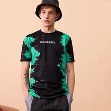 Maenner T-Shirt mit Buchstaben Grafik und Batik