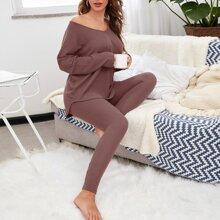 Einfarbiger Schlafanzug Set mit sehr tief angesetzter Schulterpartie und V Kragen