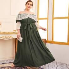 Schulterfreies Kleid mit Kontrast, Spitzenbesatz und Guertel
