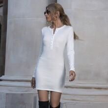 Einfarbiges geripptes Kleid mit halber Knopfleiste