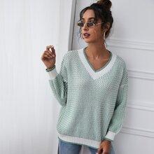 Texturierter Pullover mit V-Kragen und sehr tief angesetzter Schulterpartie